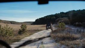 Drijf off-road ouderwets voertuig De gestabiliseerde camera binnen de auto vangt een jeep throgh een windscherm stock footage