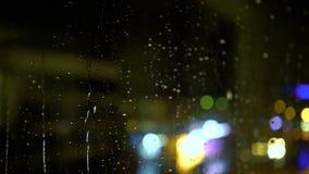 Drijfauto bij nacht en regen stock footage