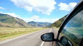 Drijfmening van kant van de berg schitterende vallei van de autospiegel Mooi landschap van een weg in de bergen op zonnig stock video