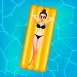 Drijft het beeldverhaal zoete meisje in zonglazen op een opblaasbare matras in de pool bij privé villa Jonge Vrouw 15 Stock Afbeelding