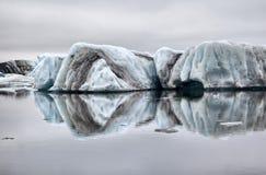 Drijvend die ijs symmetrisch in het water wordt weerspiegeld Stock Afbeelding