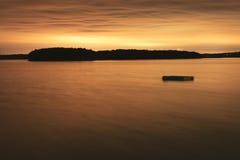 Drijvend dok in een baai bij nacht. Royalty-vrije Stock Afbeeldingen