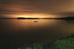 Drijvend dok in een baai bij nacht. Stock Foto's