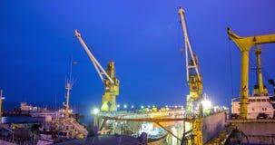 Drijvend dok in het water met twee schepen bij scheepswerf Schipreparatie en de dag van het wederopbouwproces aan nacht 4k stock videobeelden
