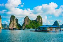 Drijvend dorp dichtbij rotseilanden in Halong-Baai royalty-vrije stock fotografie