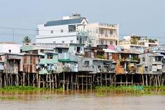 Drijvend dorp en verkopende motorboot op Bassac-rivier royalty-vrije stock foto's