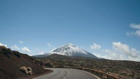 Drijvend een auto in het Nationale Park van Teide, Tenerife, Canarische Eilanden, Spanje Vulkanisch rotsachtig woestijnlandschap stock footage