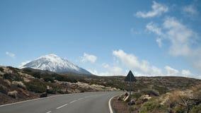 Drijvend een auto in het Nationale Park van Teide, Tenerife, Canarische Eilanden, Spanje Vulkanisch rotsachtig woestijnlandschap stock video