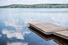 Drijvend houten dok in meer stock fotografie