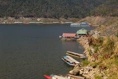 Drijvend huis, Mening van Bhumibol-Dam, Tak-provincie, Thailand Royalty-vrije Stock Afbeeldingen