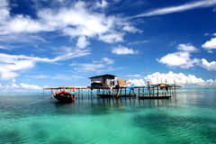 Drijvend huis op turkooise lagune Stock Afbeeldingen