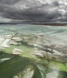 Drijvend ijs onder donkere wolken Royalty-vrije Stock Afbeeldingen