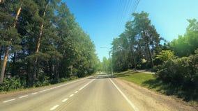 Drijvend op een federale weg ` Scandinavië ` bij de ingang aan St. Petersburg, Rusland stock video