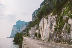 Drijvend op een toneelweg langs Meer Garda, Italië Jonge volwassenen Het Europese conc vakantie, leven, levensstijl, architectuur stock afbeelding