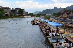 Drijvend restaurant op Nam Song-rivier Vang Vieng laos Royalty-vrije Stock Foto