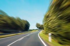 Drijvend snel concept - motieonduidelijk beeld op landelijke weg Stock Fotografie