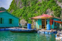 Drijvend visserijdorp dichtbij bergeilanden in Halong-Baai Royalty-vrije Stock Foto