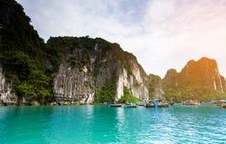 Drijvend visserijdorp en rotseiland in Halong-Baai, Vietnam, Zuidoost-Azië royalty-vrije stock fotografie