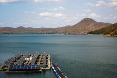 Drijvend Zonnepaneel in het reservoir stock afbeeldingen