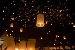 Drijvende Aziatische lantaarns Stock Foto's