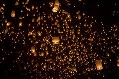 Drijvende Aziatische lantaarns Stock Afbeeldingen