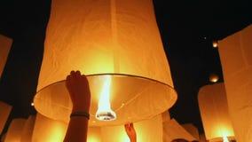 Drijvende Aziatische lantaarns in Chiang Mai, Thailand stock footage