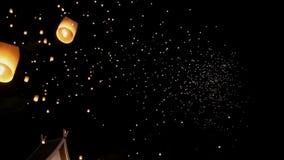 Drijvende Aziatische lantaarns in Chiang Mai, Thailand stock video