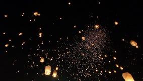 Drijvende Aziatische lantaarns in Chiang Mai Thailand stock footage