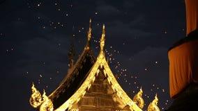 Drijvende Aziatische lantaarns in oude stad, Chiang Mai stock video