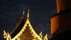 Drijvende Aziatische lantaarns in oude stad, Chiang Mai Thailand stock video