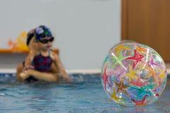 Drijvende bal onder het water royalty-vrije stock afbeeldingen