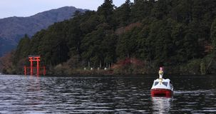 Drijvende boot bij Ashinoko-meer in Shizuoka Japan stock footage