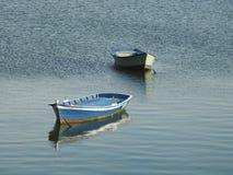 Drijvende boten stock afbeeldingen