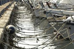drijvende boten in het dok royalty-vrije stock afbeelding