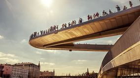 Drijvende brug in modern Zaryadye-Park dichtbij Moskou het Kremlin, Rus stock foto