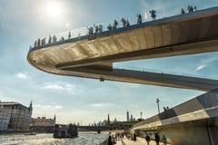 Drijvende brug in Zaryadye-Park in Moskou stock afbeeldingen