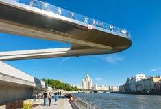 Drijvende brug in Zaryadye-Park in Moskou royalty-vrije stock afbeeldingen