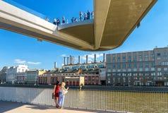 Drijvende brug in Zaryadye-Park in Moskou stock fotografie