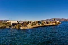 Drijvende die eilanden uit Totora-riet dichtbij Huatajata, Bolivië worden samengesteld Stock Afbeeldingen