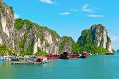 Drijvende dorp en boten Royalty-vrije Stock Fotografie