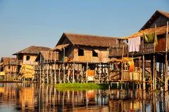 Drijvende dorpshuizen in Inle-Meer, Myanmar Stock Foto's