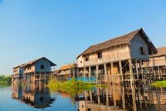 Drijvende dorpshuizen in Inle-Meer, Myanmar Stock Fotografie