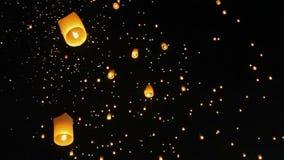 Drijvende Drijvende Aziatische lantaarns in ChiangMai stock videobeelden