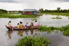Drijvende Familie, Kambodja Stock Afbeelding