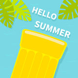 Drijvende gele het watermatras van de luchtpool Hoogste luchtmening Hello-de kaart van de de zomergroet Het blad van de palm Leuk Stock Foto