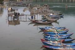 Drijvende houten boten van visser Stock Foto's