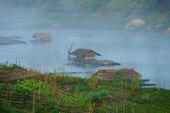 Drijvende huizen, mon dorp, dat in mist baadt. stock foto's