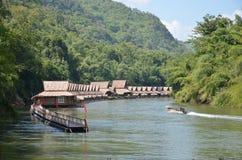 Drijvende huizen op de rivier Kwai Stock Foto