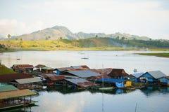 Drijvende huizen, wangka, mon minderheidsdorp Stock Afbeeldingen