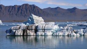 Drijvende ijsberg in ijzig meer Jokulsarlon, IJsland stock footage